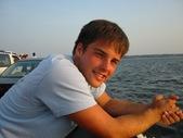 Kanz leanin off ferry