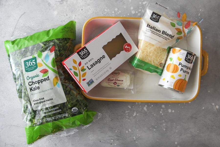 Ingredientes de lasaña de col rizada: bolsa de col rizada picada, fideos sin hervir, queso de cabra, mezcla italiana y calabaza enlatada