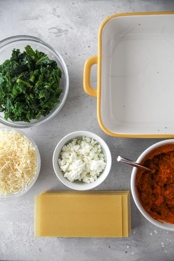 Ingredientes cocidos y preparados para lasaña de col rizada listos para montar