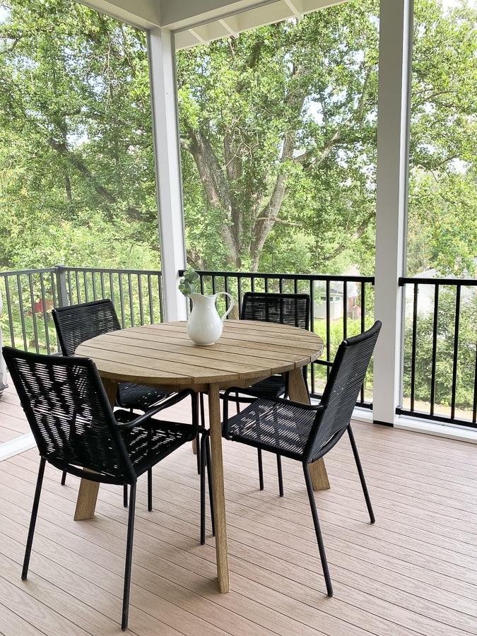 Mesa y sillas de porche West Elm