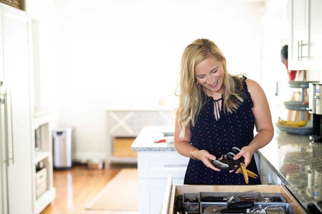 Kath Younger organizando cajones de cocina.