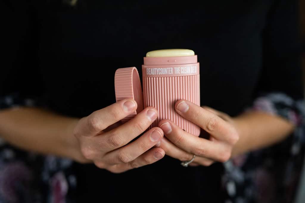 manos sosteniendo Clean Deo de Beautycounter