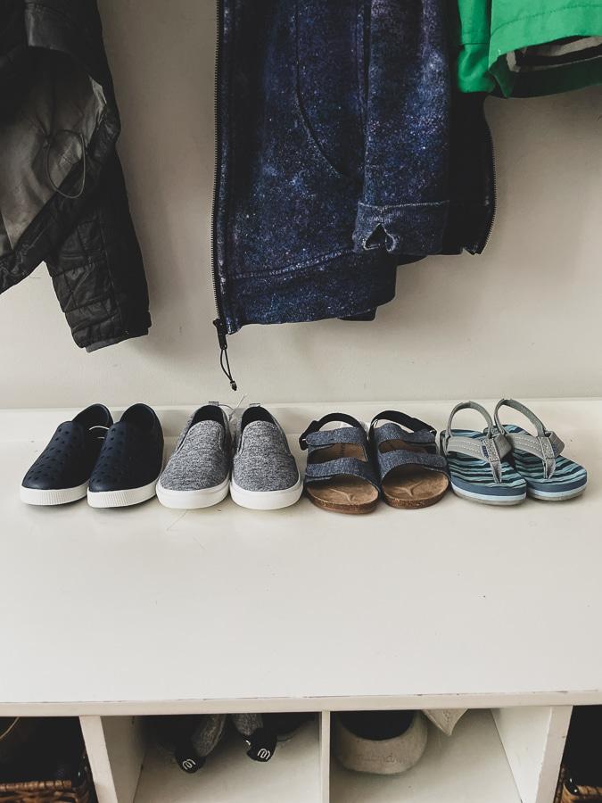 zapatos de niños alineados