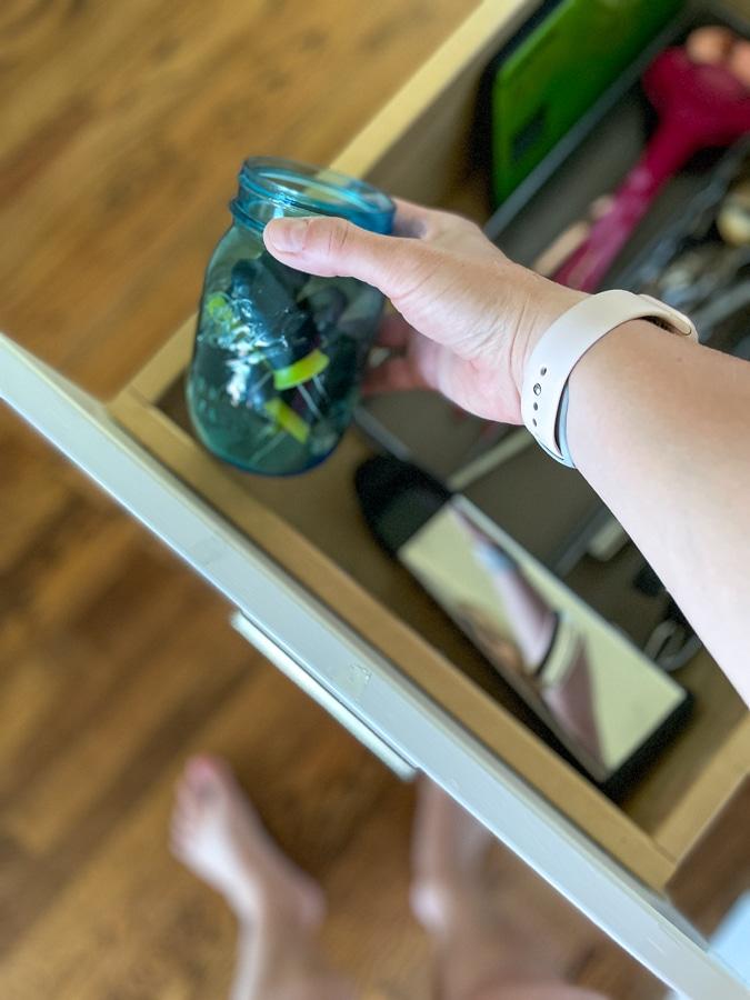 ذرت روی درهای نگهدارنده در یک شیشه ماسون